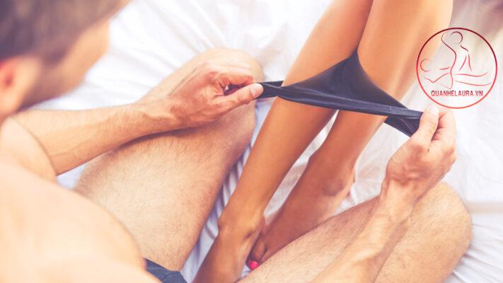 1. Quan hệ bằng miệng và những thắc mắc chung nhất Quan hệ bằng miệng là gì? Quan hệ bằng miệng là việc sử dụng miệng, lưỡi để tiếp xúc với các cơ quan sinh dục của bạn tình trong quá trình quan hệ chăn gối. Việc làm này còn có tên gọi khác là khẩu giao và tên tiếng anh là Oral sex. Việc quan hệ bằng mang lại những khoái cảm mới lạ, đầy đê mê rất thú vị vì thế mà ngày càng được nhiều người cả phụ nữ và nam giới đều thích.